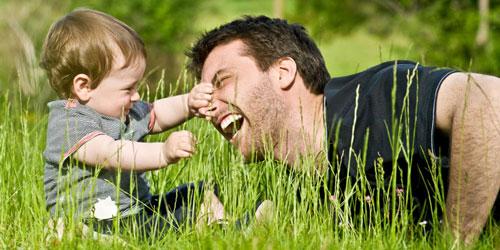 отец играет с дочерью